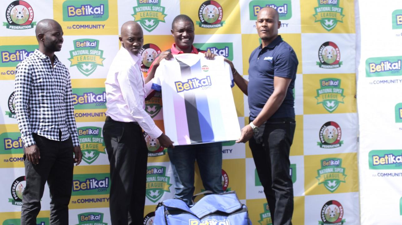 Samson Otieno receiving kit on behalf of Nairobi City Stars from FKF PResident Nick Mwendwa and Betika CEO John Mbatia