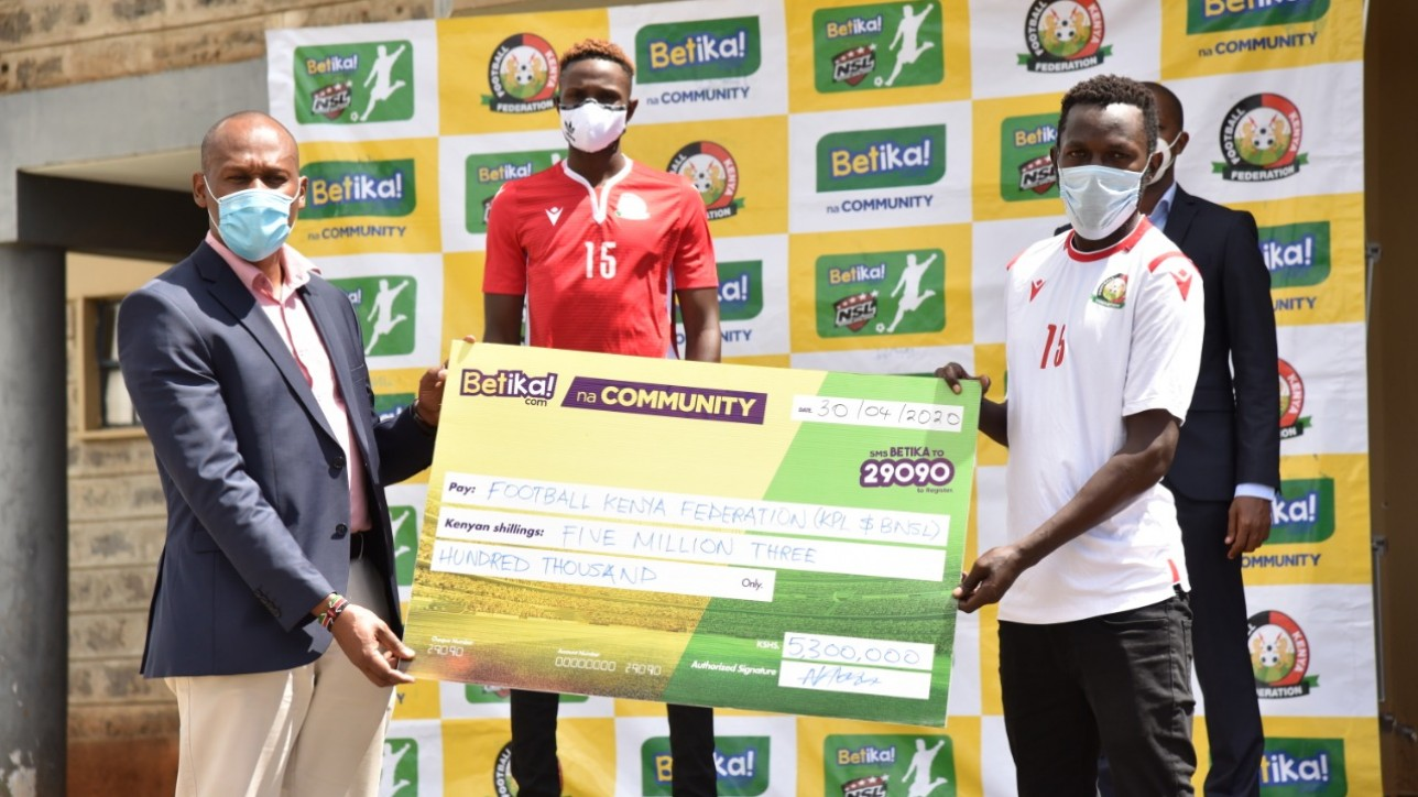 Beetika commercial head John Mbatiah hands dummy cheque to City Stars field skipper Anthony Kimani on Thur 30 Apr 2020