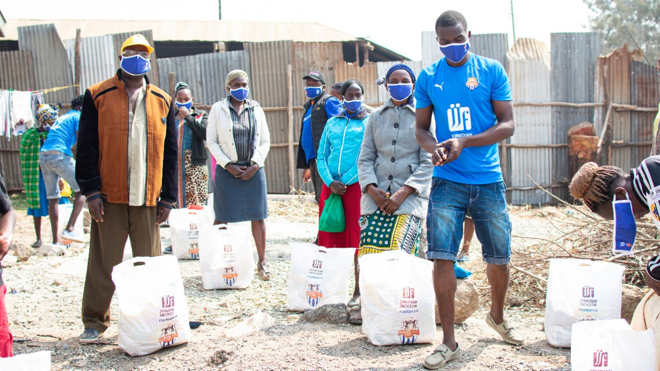 Keeper Jacob Osano distributing food at Mukuru kwa Reuben in a #JengaJirani initiative on Mon 10 Aug 2020